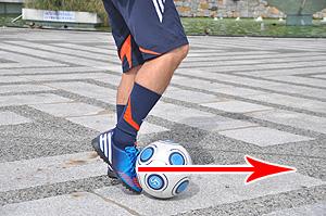 ①その場に立ったまま、右足甲のやや外側でボールを前に押し出します