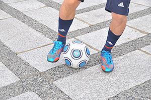 右足インサイドでボールにタッチして転がしたら