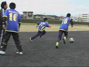 ②ボールが出たら、相手より先にボールに触ってマイボールにしよう