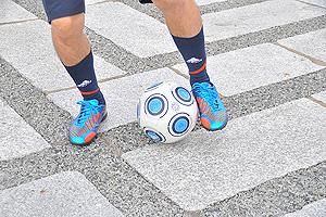 ②今度は左足インサイドでボールにタッチ。これを左右交互にリズムよく行おう
