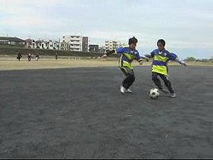 ③ボールホルダーはボールを奪われないようにキープ。ボールを奪ったらコーチに返してリスタート