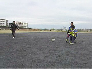 ①マイボールにしたらキープしながら味方にパス
