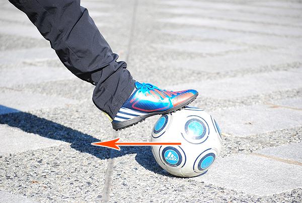 ①足裏でボールを手前に引き寄せます