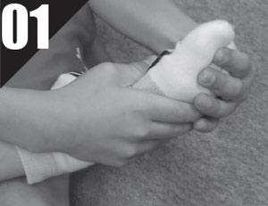 ①足の甲をつかんでひねるように伸ばす。