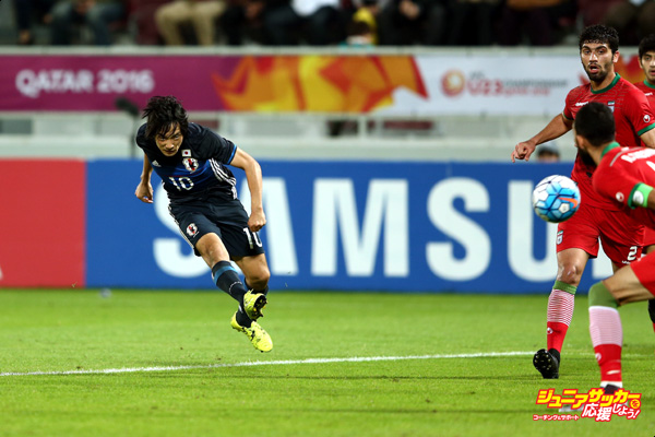 DOHA, QATAR - JANUARY 22:  Shoya Nakajima of Japan scores a goal in extra time during the AFC U-23 Championship quarter final match between Japan and Iran at the Abdullah Bin Khalifa Stadium on January 22, 2016 in Doha, Qatar.  (Photo by Warren Little/Getty Images)