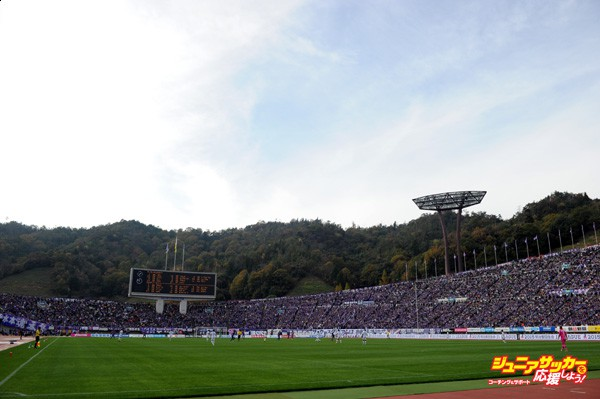 HIROSHIMA, JAPAN - NOVEMBER 22:  (EDITORIAL USE ONLY) Full of stadium during the J. League match between Sanfrecce Hiroshima and Shonan Bellmare.Hiroshima won the J1 2nd stage champion. At the Edion Stadium Hiroshima on November 22, 2015 in Hiroshima, Japan.  (Photo by Masashi Hara/Getty Images)