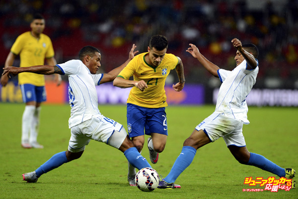 PORTO ALEGRE, BRAZIL - JUNE 10:  Philippe Coutinho of Brazil fights for the ball with Luis Garrido (L) and Bryan Acosta (R) of Honduras during the international friendly match between Brazil and Honduras at Beira Rio Stadium on June 10, 2015 in Porto Alegre, Brazil. (Photo by Edu Andrade/LatinContent/Getty Images)