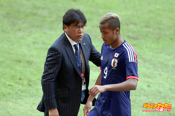 SHAH ALAM, MALAYSIA - MARCH 27: Makoto Teguramori, coach of Japan talks to Musashi Suzuki during the AFC U23 Championship Qualifier Group I match between Japan and Macau at Shah Alam Stadium on March 27, 2015 in Shah Alam, Malaysia.  (Photo by Stanley Chou/Getty Images)