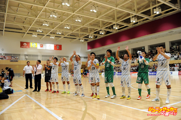 TOKYO, JAPAN - AUGUST 20:  (EDITORIAL USE ONLY) Nagoya Oceans players line up after the F. League match between Fugador Sumida and Nagoya Oceans at the Sumida City Gymnasium on August 20, 2014 in Tokyo, Japan.  (Photo by Masashi Hara/Getty Images)