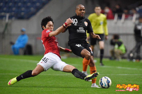 SAITAMA, JAPAN - MARCH 04:  Henrique De Andrade Silva #10 of brisbane Roar and Ryota Moriwaki #46 of Urawa Reds compete for the ball during the AFC Champions League Group G match between Urawa Red Diamonds and Brisbane Roar at Saitama Stadium on March 4, 2015 in Saitama, Japan.  (Photo by Masashi Hara/Getty Images)