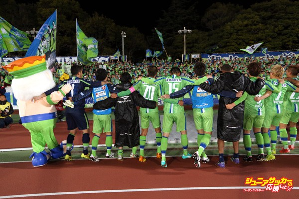 HIRATSUKA, JAPAN - MARCH 18:  (EDITORIAL USE ONLY) Shonan Bellmare players celebrate their 1-0 win in the J.League Yamazaki Nabisco Cup match between Shonan Bellmare and Ventforet Kofu at BMW Stadium Hiratsuka on March 18, 2015 in Hiratsuka, Kanagawa, Japan.  (Photo by Kaz Photography/Getty Images)