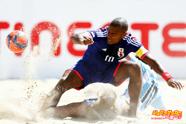 ESPINHO, PORTUGAL - JULY 11:  Ozu Moreira of Japan battles for the ball with Federico Hilaire of Argentina during the Group A FIFA Beach Soccer World Cup match between Japan and Argentina held at Espinho Stadium on July 11, 2015 in Espinho, Portugal.  (Photo by Dean Mouhtaropoulos - FIFA/FIFA via Getty Images)