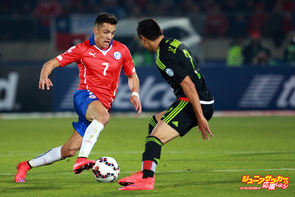 SANTIAGO, CHILE - JUNE 15: Alexis Sanchez of Chile fights for the ball with Julio Dominguez of Mexico during the 2015 Copa America Chile Group A match between Chile and Mexico at Nacional Stadium on June 15, 2015 in Santiago, Chile. (Photo by Hector Vivas/LatinContent/Getty Images)