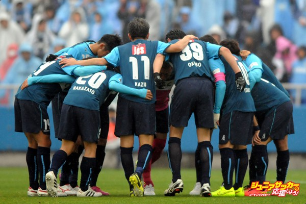 YOKOHAMA, JAPAN - APRIL 05:  (EDITORIAL USE ONLY) Yokohama FC players form a huddle during the J.League second division match between Yokohama FC and Jubilo Iwata at Nippatsu Mitsuzawa Stadium on April 5, 2015 in Yokohama, Kanagawa, Japan.  (Photo by Hiroki Watanabe/Getty Images)