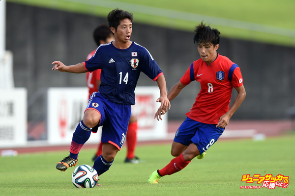 SHIZUOKA, JAPAN - AUGUST 17:  Tokuma Suzuki of Japan controls the ball in the U-19 match between South Korea and Japan during SBS Cup International Youth Soccer at Kusanagi Stadium on August 17, 2014 in Shizuoka, Japan.  (Photo by Atsushi Tomura/Getty Images)