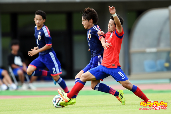 SHIZUOKA, JAPAN - AUGUST 17:  Daisuke Sakai (L) of Japan is challenged by Hyeonug Kim (R) of South Korea in the U-19 match between South Korea and Japan during SBS Cup International Youth Soccer at Kusanagi Stadium on August 17, 2014 in Shizuoka, Japan.  (Photo by Atsushi Tomura/Getty Images)