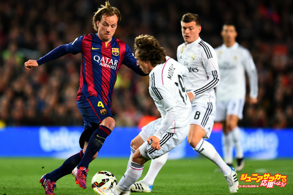 BARCELONA, SPAIN - MARCH 22:  Ivan Rakitic of Barcelona takes on Luka Modric and Toni Kroos of Real Madrid CF during the La Liga match between FC Barcelona and Real Madrid CF at Camp Nou on March 22, 2015 in Barcelona, Spain.  (Photo by Alex Caparros/Getty Images)