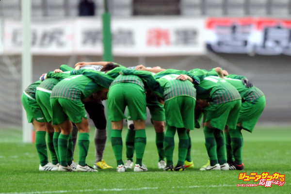 CHOFU, JAPAN - JANUARY 01:  (EDITORIAL USE ONLY) Nippon TV Beleza players form a huddle during the 36th Emperess's Cup final match between NIPPON TV Beleza and Urawa Red Diamonds Ladies at Ajinomoto Stadium on January 1, 2015 in Chofu, Tokyo, Japan.  (Photo by Hiroki Watanabe/Getty Images)