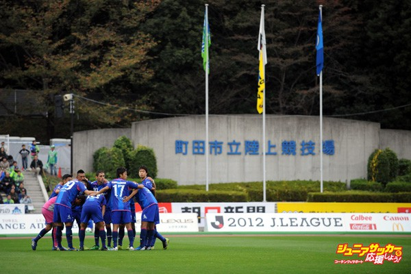 MACHIDA, JAPAN - NOVEMBER 11:  (EDITORIAL USE ONLY) Machida Zelvia players make the huddle during the J.League second division match between Machida Zelvia and Shonan Bellmare at Machida Stadium on November 11, 2012 in Machida, Japan.  (Photo by Masashi Hara/Getty Images)
