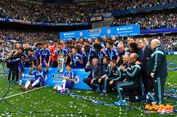 LONDON, ENGLAND - MAY 24:  Chelsea players celebrate with the trophy after the Barclays Premier League match between Chelsea and Sunderland at Stamford Bridge on May 24, 2015 in London, England. Chelsea were crowned Premier League champions.  (Photo by Mike Hewitt/Getty Images)