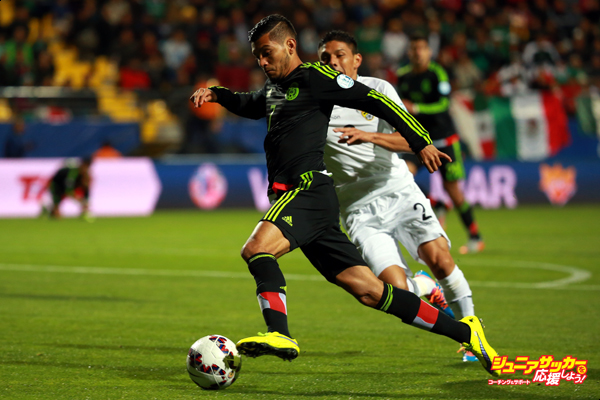 VINA DEL MAR, CHILE - JUNE 12: Jesus Corona Ruiz (L) of Mexico fights for the ball with Miguel Hurtado of Bolivia during the 2015 Copa America Chile Group A match between Mexico and Bolivia at Sausalito Stadium on June 12, 2015 in Vina del Mar, Chile. (Photo by Hector Vivas/LatinContent/Getty Images)