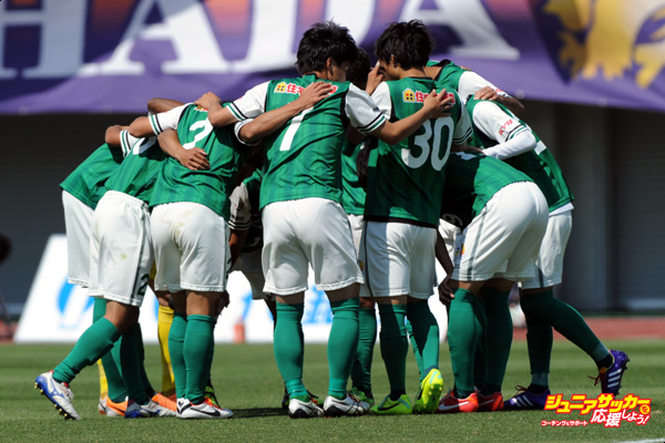 SAGAMIHARA, JAPAN - MAY 11:  (EDITORIAL USE ONLY) SC Sagamihara players make the huddle during the J.League third division match between SC Sagamihara and AC Nagano Parceiro at Sagamihara Gion Stadium on May 11, 2014 in Sagamihara, Kanagawa, Japan.  (Photo by Masashi Hara/Getty Images)