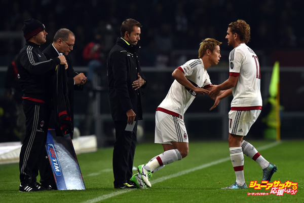TURIN, ITALY - OCTOBER 17:  Alessio Cerci (R) of AC Milan is replaced by Keisuke Honda during the Serie A match between Torino FC and AC Milan at Stadio Olimpico di Torino on October 17, 2015 in Turin, Italy.  (Photo by Valerio Pennicino/Getty Images)
