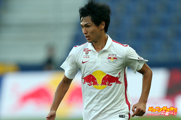 SALZBURG, AUSTRIA - AUGUST 23:  Takumi Minamino of Salzburg runs with the ball during the tipico Bundesliga match between RB Salzburg and Austria Wien at Red Bull Arena on August 23, 2015 in Salzburg, Austria.  (Photo by Andreas Schaad/Getty Images)
