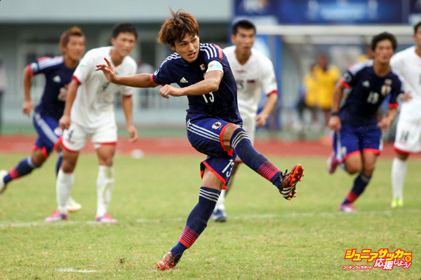 NAY PYI TAW, BURMA - OCTOBER 17:  Takumi Minamino #13 of Japan scores the equalizing goal with a penalty during the AFC U19 Championship quarter-final match between Japan and North Korea at Wunna Theikdi Stadium on October 17, 2014 in Nay Pyi Taw, Burma.  (Photo by CFP/Getty Images)