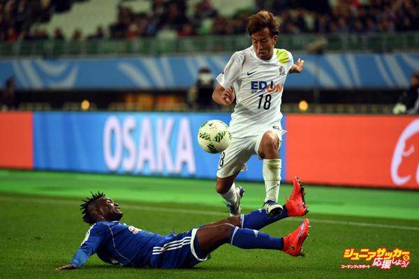 OSAKA, JAPAN - DECEMBER 13:  Yoshifumi Kashiwa of Sanfrecce Hiroshima beats Yaw Frimpong of TP Mazembe at Osaka Nagai Stadium on December 13, 2015 in Osaka, Japan.  (Photo by Kaz Photography/Getty Images)