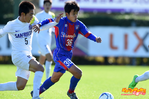 KASHIMA, JAPAN - DECEMBER 19:  (EDITORIAL USE ONLY)Takefusa Kubo of FC Tokyo U-15 Musashi and Hirota Nishihara of Sanfrecce Horoshima Junior Youth in compete for the ball during the Prince Takamado Trophy All Japan Youth (U-15) Football League Championship match between Sanfrecce Hiroshima Junior Youth and FC Tokyo U-15 Musashi at the Antlers Club House Ground on December 19, 2015 in Kashima, Ibaraki, Japan.  (Photo by Etsuo Hara/Getty Images)