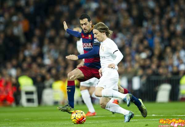 MADRID, SPAIN - NOVEMBER 21: Luka Modric of Real Madrid duels for the ball with Sergio Busquets of Barcelona during the La Liga match between Real Madrid CF and FC Barcelona at Estadio Santiago Bernabeu on November 21, 2015 in Madrid, Spain.  (Photo by Juan Manuel Serrano Arce/Getty Images)
