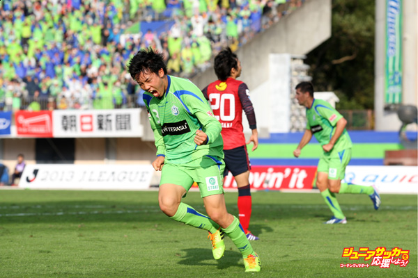 HIRATSUKA, JAPAN - NOVEMBER 10: (EDITORIAL USE ONLY) Wataru Endo of Shonan Bellmare celebrates scoring his team's first goal during the J.League match between Shonan Bellmare and Kashima Antlers at BMW Stadium Hiratsuka on November 10, 2013 in Hiratsuka, Kanagawa, Japan. (Photo by Kaz Photography/Getty Images)