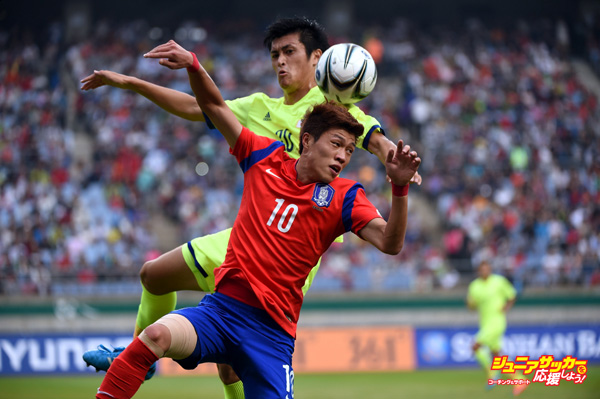 INCHEON, SOUTH KOREA - SEPTEMBER 28:  Naomichi Ueda of Japan battles Kim Seungdae of South Korea during the Football Menfs Quarter final match between South Korea and Japan at the Munhak Stadium during day nine of the 2014 Asian Games on September 28, 2014 in Incheon, South Korea.  (Photo by Stanley Chou/Getty Images)