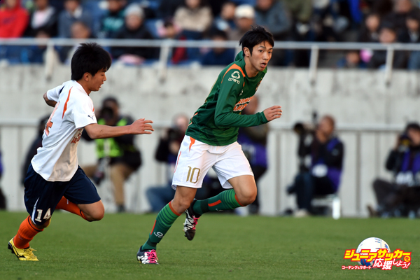 SAITAMA, JAPAN - JANUARY 09:  (EDITORIAL USE ONLY) Yuta Kamiya of Aomori Yamada in action during the 94th All Japan High School Soccer Tournament semi final match between Aomori Yamada and Kokugakuin Kugayama at Saitama Stadium on January 9, 2016 in Saitama, Japan.  (Photo by Etsuo Hara/Getty Images)