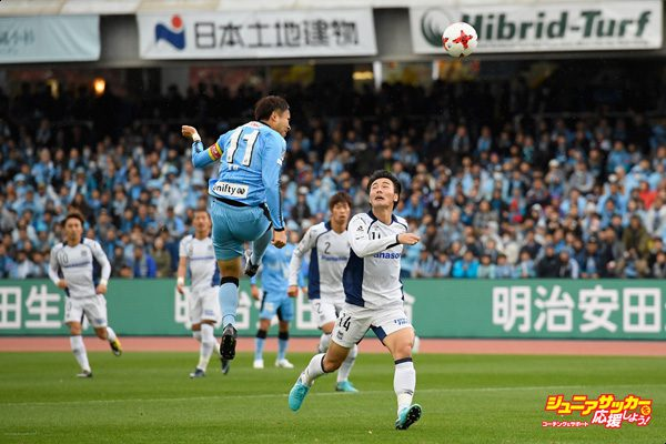 KAWASAKI, JAPAN - NOVEMBER 18:  Yu Kobayashi of Kawasaki Frontale heads the ball during the J.League J1 match between Kawasaki Frontale and Gamba Osaka at Todoroki Stadium on November 18, 2017 in Kawasaki, Kanagawa, Japan.  (Photo by Masahiro Ura - JL/Getty Images for DAZN)