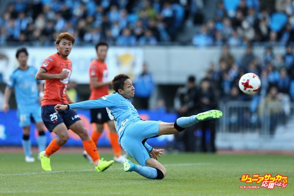 KAWASAKI, JAPAN - DECEMBER 02:  Yu Kobayashi of Kawasaki Frontale scores his side's third goal during the J.League J1 match between Kawasaki Frontale and Omiya Ardija at Todoroki Stadium on December 2, 2017 in Kawasaki, Kanagawa, Japan.  (Photo by Koji Watanabe - JL/Getty Images for DAZN)