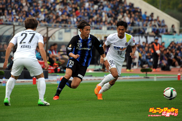 OSAKA, JAPAN - NOVEMBER 07:  (EDITORIAL USE ONLY) Takashi Usami of Gamba Osaka in action during the J.League match between Gamba Osaka and Sanfrecce Hiroshima at the Expo '70 Stadium on November 7, 2015 in Osaka, Tokyo, Japan.  (Photo by Masashi Hara/Getty Images)