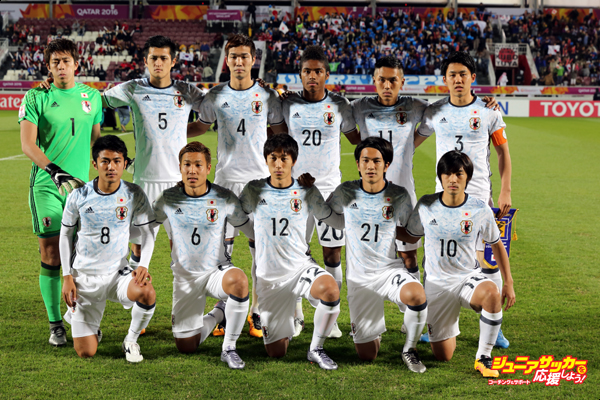 DOHA, QATAR - JANUARY 30:  The Japan team pose for a group picture before the AFC U-23 Championship final match between South Korea and Japan at the Abdullah Bin Khalifa Stadium on January 30, 2016 in Doha, Qatar.  (Photo by Matthew Ashton - AMA/Getty Images)