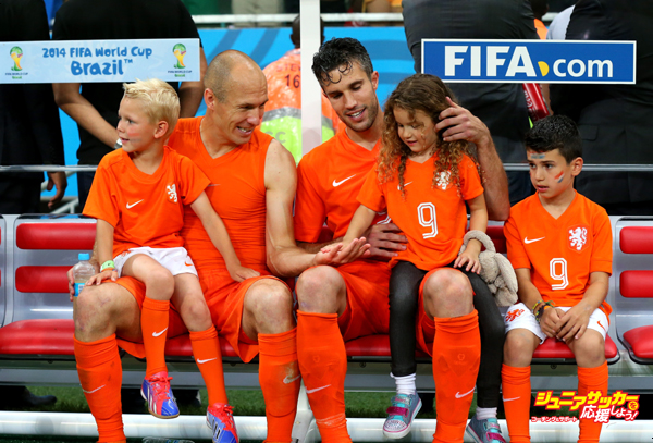 SALVADOR, BRAZIL - JULY 05:  Robin van Persie (3rd R) and Arjen Robben (2nd L) of the Netherlands celebrates the win with their children after the 2014 FIFA World Cup Brazil Quarter Final match between Netherlands and Costa Rica at Arena Fonte Nova on July 5, 2014 in Salvador, Brazil.  (Photo by Alex Livesey - FIFA/FIFA via Getty Images)