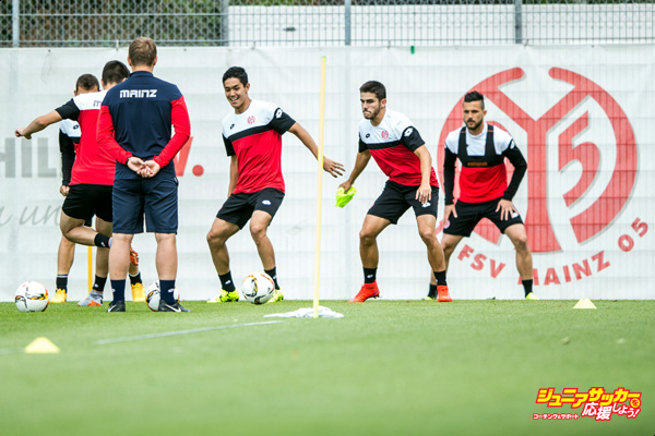 MAINZ, GERMANY - JULY 09:  New signing player Yoshinori Muto (C) of 1. FSV Mainz 05 attends a training session at Bruchweg-Stadion during on July 9, 2015 in Mainz, Germany.  (Photo by Simon Hofmann/Bongarts/Getty Images)