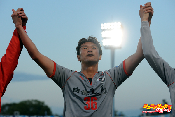YOKOHAMA, JAPAN - APRIL 05:  (EDITORIAL USE ONLY) Seiichiro Maki #36 of Roasso Kumamoto celebrates the win after the J.League second division match between Yokohama F.C. v Roasso Kumamoto at Nippatsu Mitsuzawa Stadium on April 5, 2014 in Yokohama, Japan.  (Photo by Masashi Hara/Getty Images)
