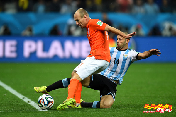 SAO PAULO, BRAZIL - JULY 09: Arjen Robben of the Netherlands attempts a shot while Javier Mascherano of Argentina blocks during the 2014 FIFA World Cup Brazil Semi Final match between Netherlands and Argentina at Arena de Sao Paulo on July 9, 2014 in Sao Paulo, Brazil.  (Photo by Mike Hewitt - FIFA/FIFA via Getty Images)
