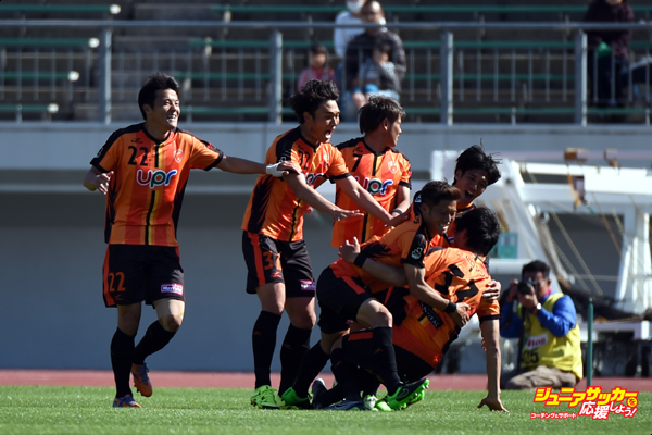 GIFU, JAPAN - APRIL 29:  (EDITORIAL USE ONLY) Fumitaka Kiatani of Renofa Yamaguchi celebrates the equaliser with his team mates during the J.League match between FC Gifu and Renofa Yamaguchi at the Nagaragawa Stadium on April 29, 2016 in Nagoya, Japan.  (Photo by Kaz Photography/Getty Images)