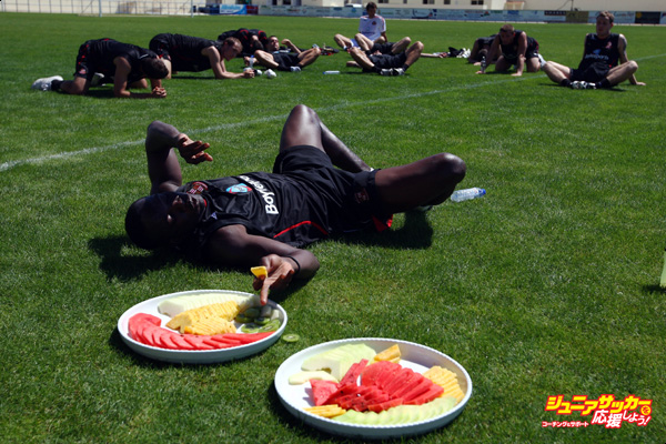 ALBUFEIRA, PORTUGAL - JULY 21:  Dwight Yorke of Sunderland has a fruit break while teammates rest during Sunderland training at the Estadio Da Nora on July 21, 2008 in Albufeira, Portugal.  (Photo by Jamie McDonald/Getty Images) *** Local Caption *** Dwight Yorke