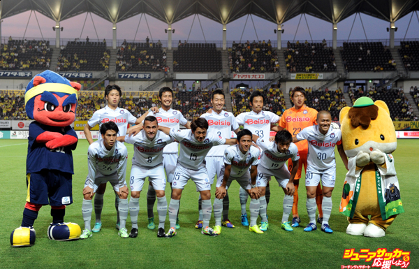 CHIBA, JAPAN - JULY 12:  (EDITORIAL USE ONLY) Thespa Kusatsu Gunma players line up for the team photos prior to the J.League second division match between JEF United Chiba and Thespa Kusatsu Gunma at Fukuda Denshi Arena on July 12, 2015 in Chiba, Japan.  (Photo by Etsuo Hara/Getty Images)