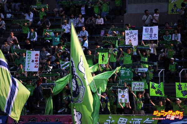 YOKOHAMA, JAPAN - JUNE 08:  (EDITORIAL USE ONLY) Gainare Tottori supporters cheer prior to the J.League second division match between Yokohama FC and Gainare Tottori at Nippatsu Mitsuzawa Stadium on June 8, 2013 in Yokohama, Japan.  (Photo by Masashi Hara/Getty Images)