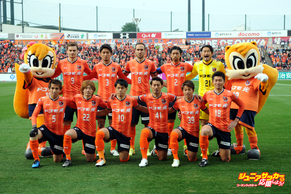 SAITAMA, JAPAN - MARCH 05:  (EDITORIAL USE ONLY) Omiya Ardija players line up for the team photos prior to the J.League match between Omiya Ardija and Kashiwa Reysol at the Nack 5 Stadium Omiya on March 5, 2016 in Saitama, Japan.  (Photo by Hiroki Watanabe/Getty Images)