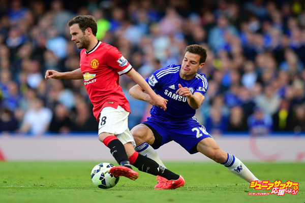 LONDON, ENGLAND - APRIL 18: Cesar Azpilicueta of Chelsea tackles Juan Mata of Manchester United during the Barclays Premier League match between Chelsea and Manchester United at Stamford Bridge on April 18, 2015 in London, England.  (Photo by Jamie McDonald/Getty Images)