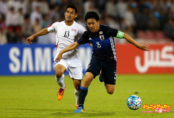 DOHA, QATAR - JANUARY 13:  WataruEEndo of Japan battles for the ball with Jang Hyok of North Korea during the AFC U-23 Championship Group B match between Japan and North Korea at Grand Hamad Stadium on January 13, 2016 in Doha, Qatar.  (Photo by Francois Nel/Getty Images)